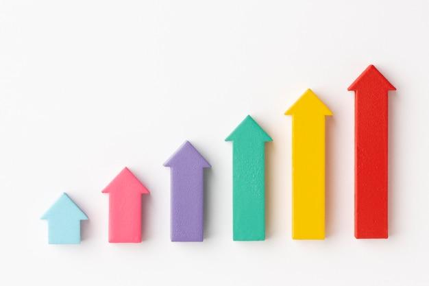 チャートと矢印を使用した統計プレゼンテーションのフラットレイ