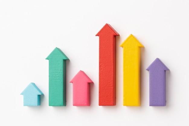 チャートと矢印を使用した統計プレゼンテーションのフラットレイ 無料写真