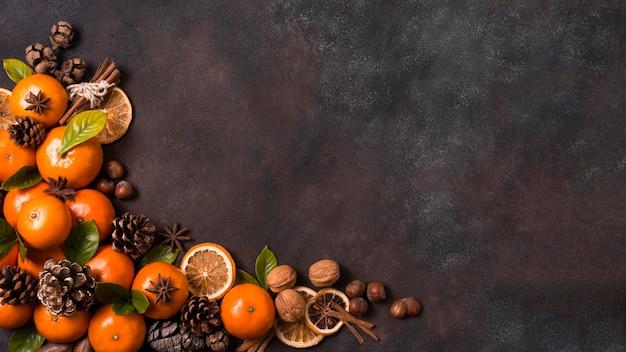 Плоская кладка мандаринов с шишками и грецкими орехами на рождество