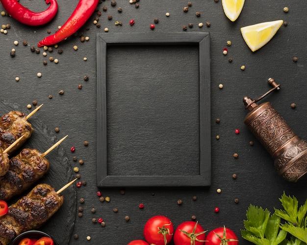 Плоская планировка вкусного шашлыка с приправами и рамкой
