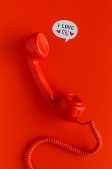 코드 및 채팅 거품이있는 전화 수신기의 평면 배치