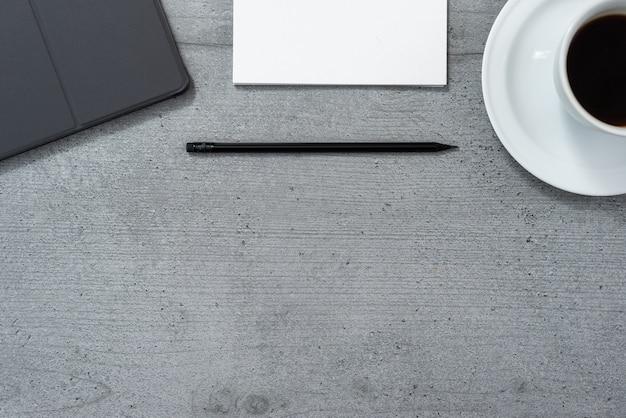 Плоская планировка офисного помещения с видом на планшет в сером корпусе