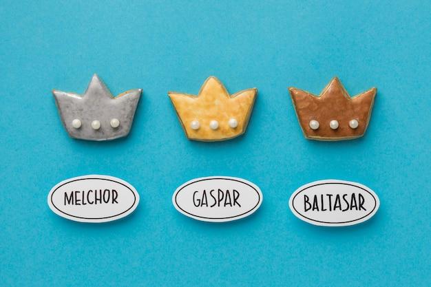 エピファニーの日のための3つの王冠のフラットレイ