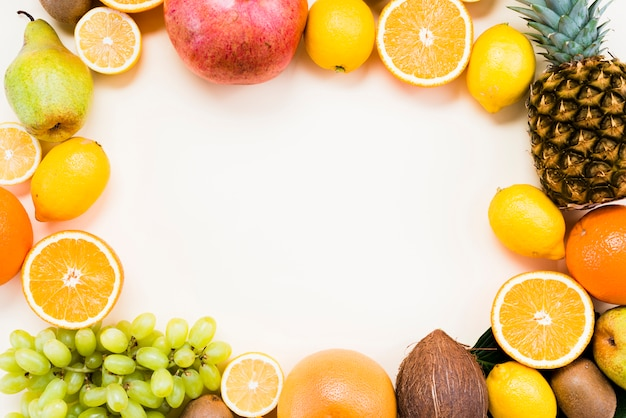 Плоская планировка из тропических и цитрусовых фруктов
