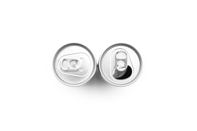 2つのアルミ缶のフラットレイ
