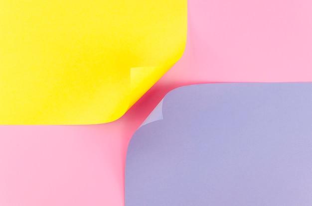 曲がった角を持つ2つのカラフルな紙の平らなレイアウト