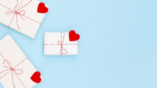 Плоская планировка подарков на день святого валентина с сердечками и копией пространства