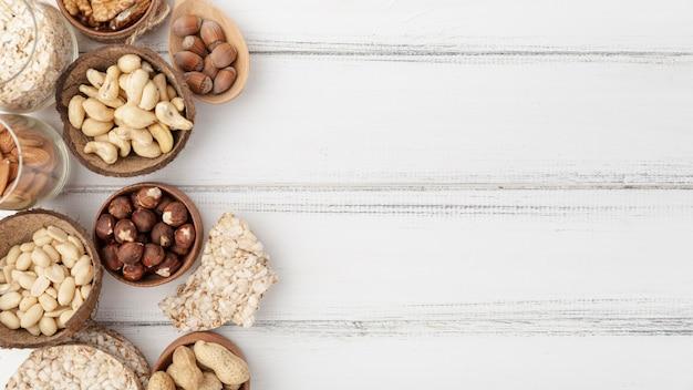 Плоская кладка различных орехов в мисках с копией пространства