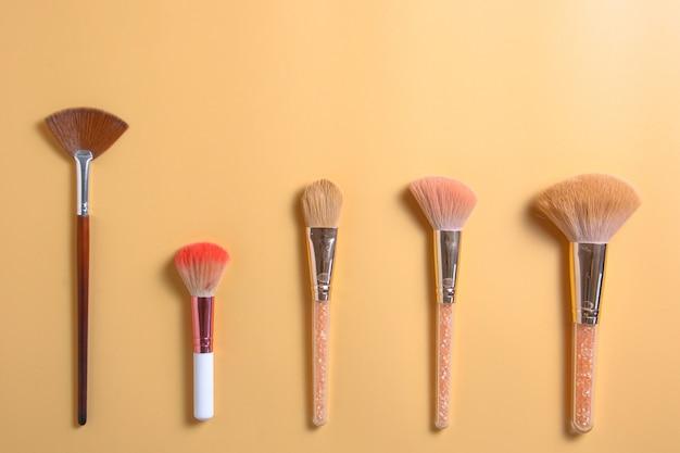 Плоский слой различных кистей для макияжа с копией пространства