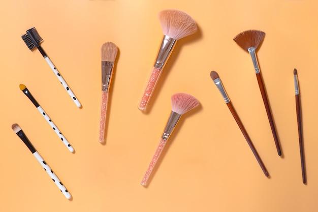 Плоский слой различных кистей для макияжа