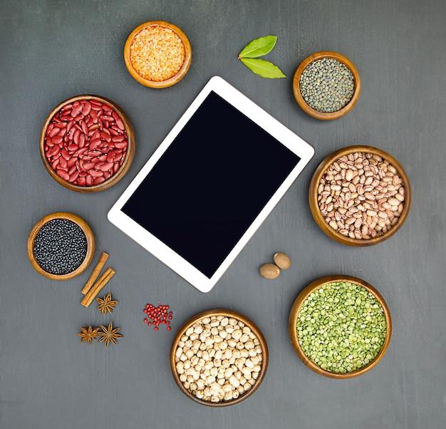 다양한 식물성 단백질 소스의 평평한 위치 검정 배경 상위 뷰 복사 공간