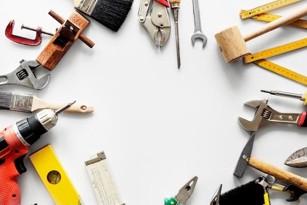 흰색 배경에 고립 된 다양 한 기술자 도구의 평면 누워