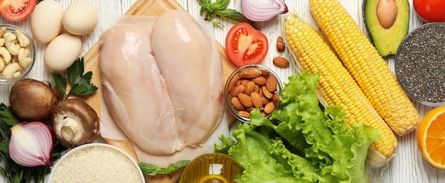 Плоская кладка различных овощей и фруктов с мясом