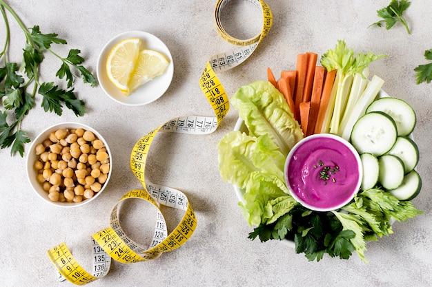 ひよこ豆と測定テープと野菜のフラットレイアウト