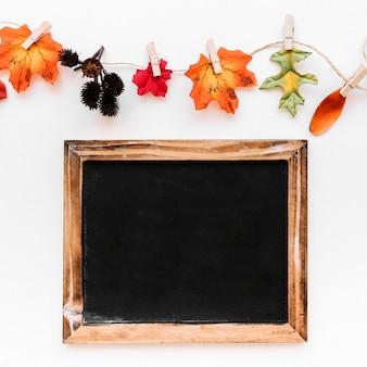 ヴィンテージのフレームと秋の看板のフラットなレイアウト