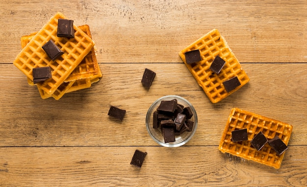 チョコレートピースを上に置いたワッフルのフラットレイアウト