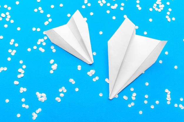 ホワイトペーパー飛行機と白紙のフラットレイアウト