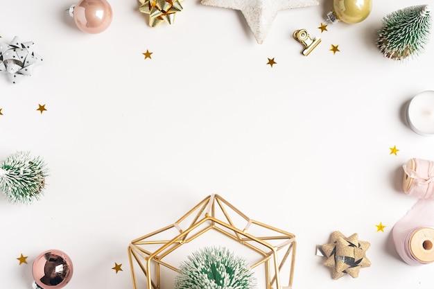 Плоская планировка белого фона рабочего стола с рождественским украшением