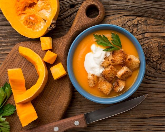 Плоский суп из тыквы в миске с гренками