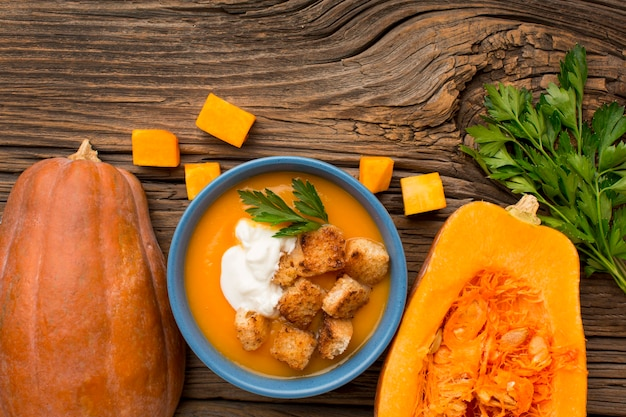 Плоский суп из тыквы в миске с петрушкой