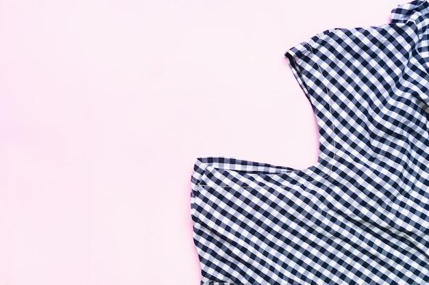 Плоский набор женской одежды и аксессуаров. модная женская мода фон.