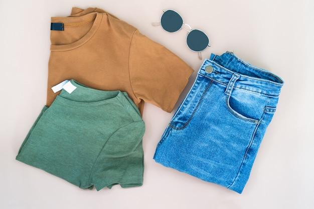 Плоская одежда женской одежды и аксессуаров, установленных в очках.