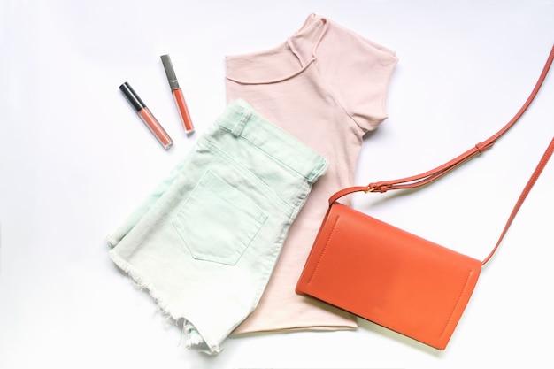 Плоская одежда женской одежды и аксессуаров с сумочкой. модный женский фон моды.