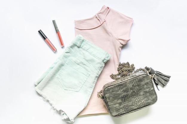Плоская одежда женской одежды и аксессуаров с сумочкой.