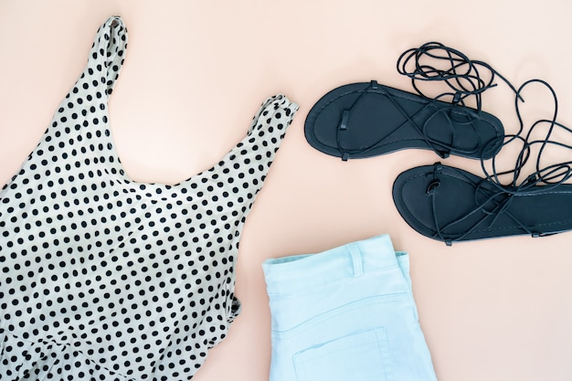 Плоская планировка женской одежды и аксессуаров с обувью. модная женская мода фон.