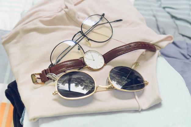 Плоский рельеф женской одежды и аксессуаров с обувь, часы. модная женская мода фон.