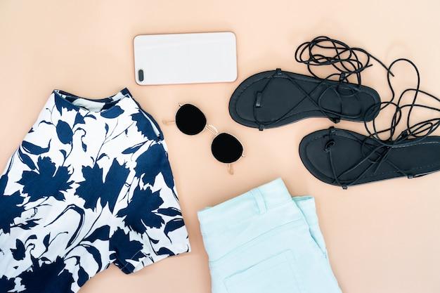 Плоская одежда женской одежды и аксессуаров, установленных с ботинками, часы.