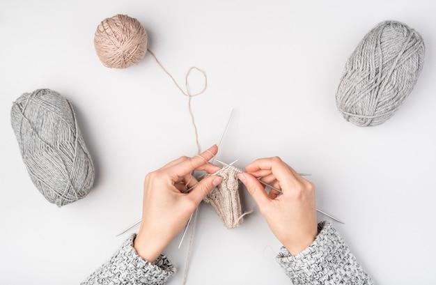 女性のかぎ針編みのフラットレイアウト