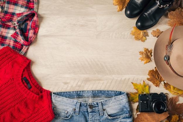 여성 스타일 및 액세서리, 빨간색 니트 스웨터, 체크 무늬 셔츠, 데님 청바지, 검은 가죽 부츠, 모자, 가을 패션 트렌드, 위에서보기, 빈티지 사진 카메라, 여행자 복장의 평평한 평신도