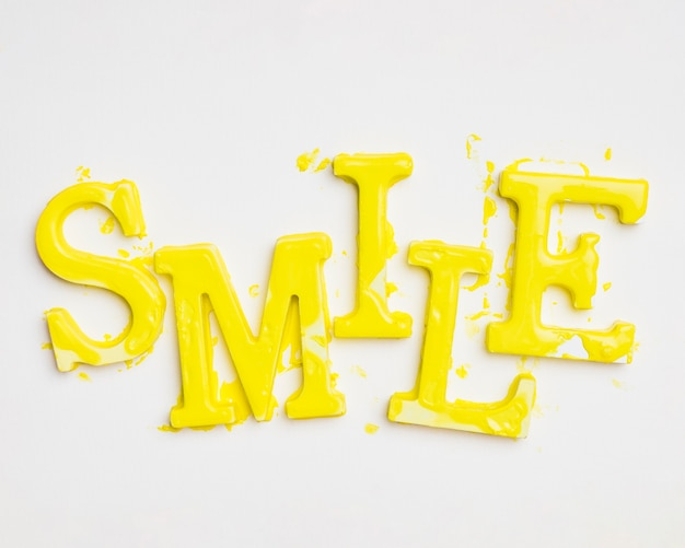 Плоская форма слова улыбка с краской