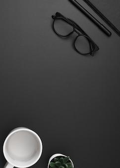 Плоская планировка рабочей станции с очками и копией пространства