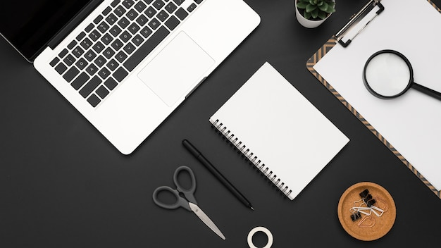 Плоская планировка рабочей станции с ноутбуком и предметами первой необходимости