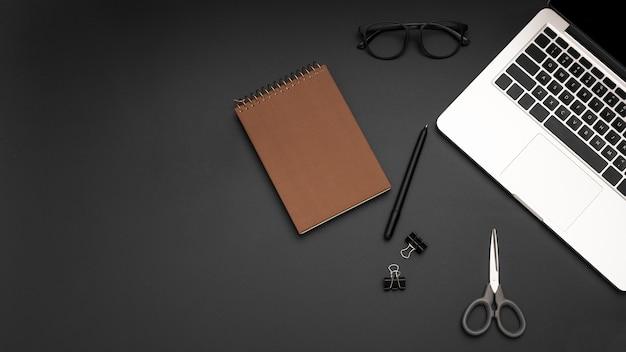 Плоская планировка рабочей станции с ноутбуком и ноутбуком
