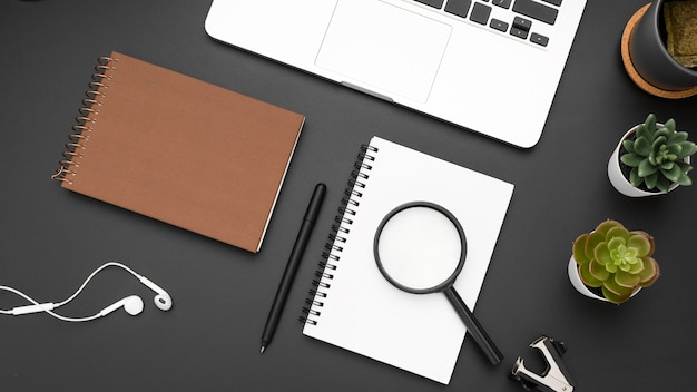 Плоская планировка рабочей станции с ноутбуками и лупой