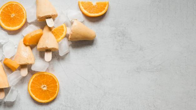 Плоская планировка вкусного фруктового мороженого со вкусом апельсина с копией пространства