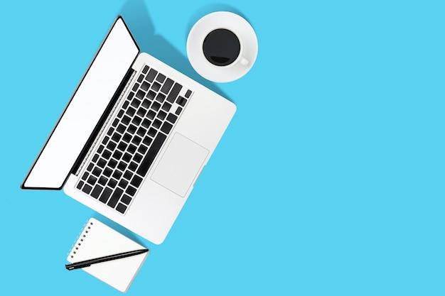 블루 테이블에 노트북과 현대 직장의 평평한 위치 사무실 책상 테이블 프리미엄 사진