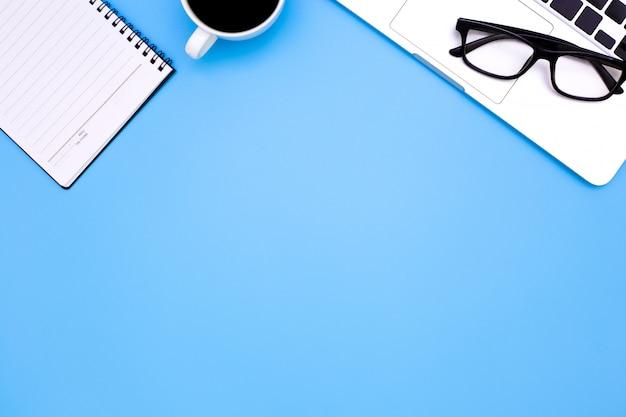 노트북과 현대 직장의 평평한 위치 사무실 책상 테이블