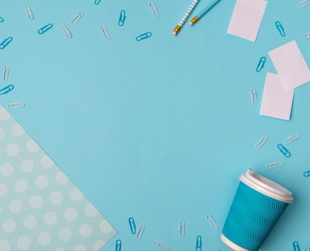 복사 공간이 파란색 테이블에 평평하다 사무 용품.