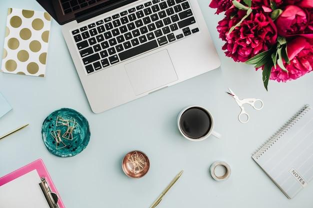 노트북, 모란 꽃 꽃다발과 평평한 평신도 사무실 테이블 책상