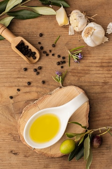 Плоская ложка оливкового масла с чесноком и перцем