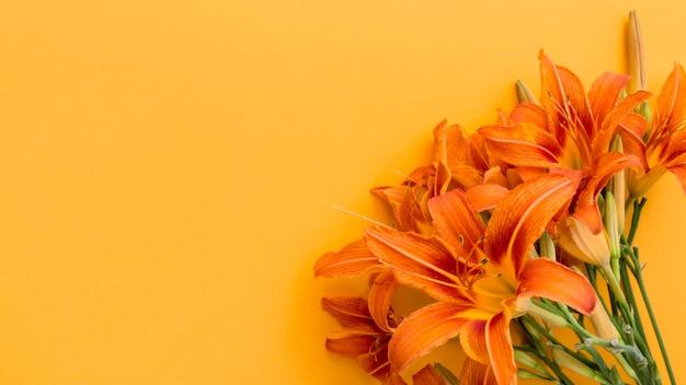 コピースペースとフラット横たわっていたオレンジ色のユリの花束