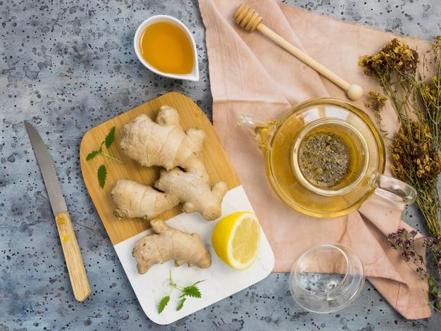 Lay piatto di spezie ed erbe medicinali organiche