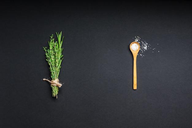 복사 공간이 있는 검은 배경에 있는 녹색 허브와 향신료의 평평한 평면도. 요리 재료와 메뉴 프레임 디자인 음식 패턴 배경