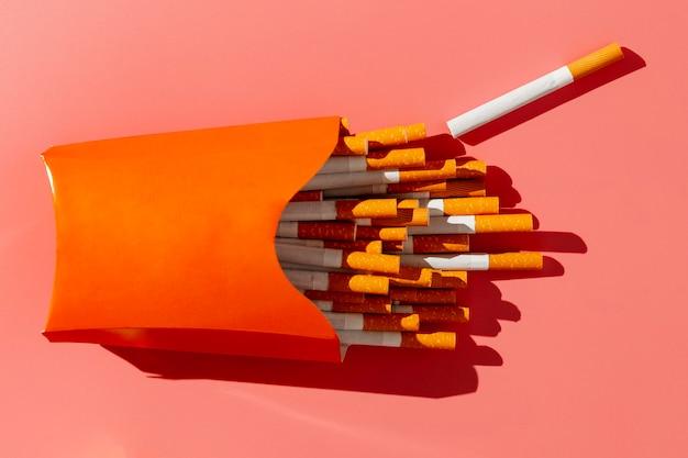 Pacchetto di sigarette piatto laico