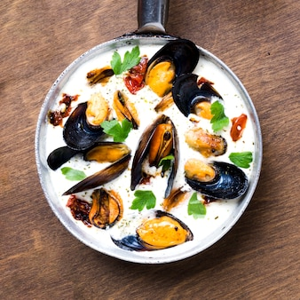 Flat-lay pan with mussels in white sauce