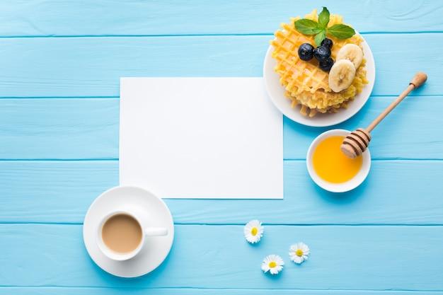 朝食テーブルの上の平らなレイアウト紙カードモックアップ
